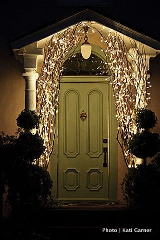 Simple outdoor christmas light decorating ideas for Fairy front door